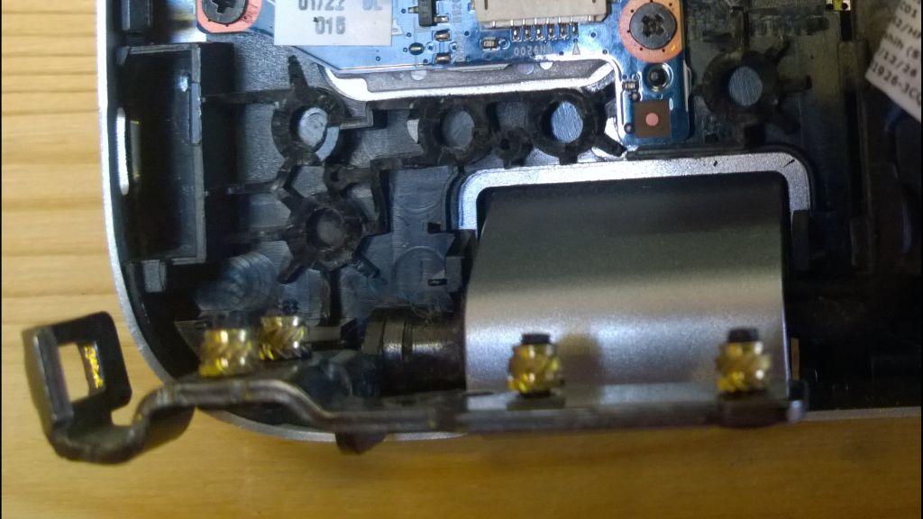 HP Envy 17 left hinge.jpg