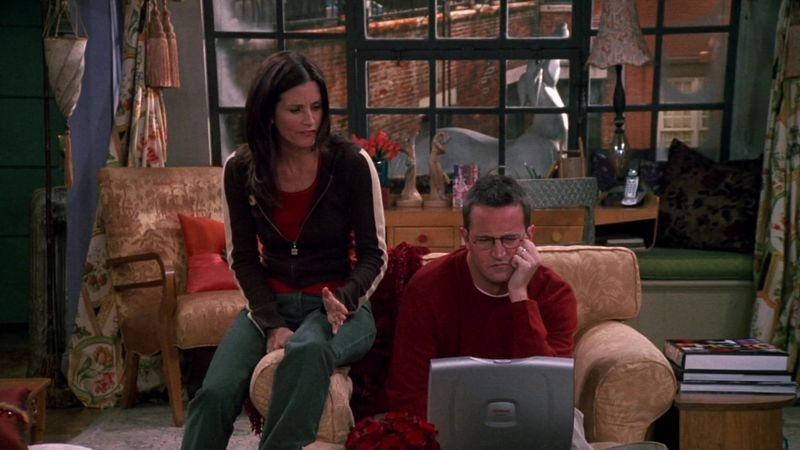 Compaq-Laptop-Used-by-Matthew-Perry-Chandler-Bing-in-Friends-1.jpg